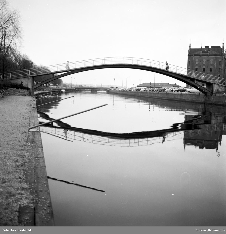 Den gamla puckelbron över Selångersån som byggdes 1927. Bron byggdes om 1980 då den försågs med en platt gångbana i trä mellan brovalven och revs sedan 1989.