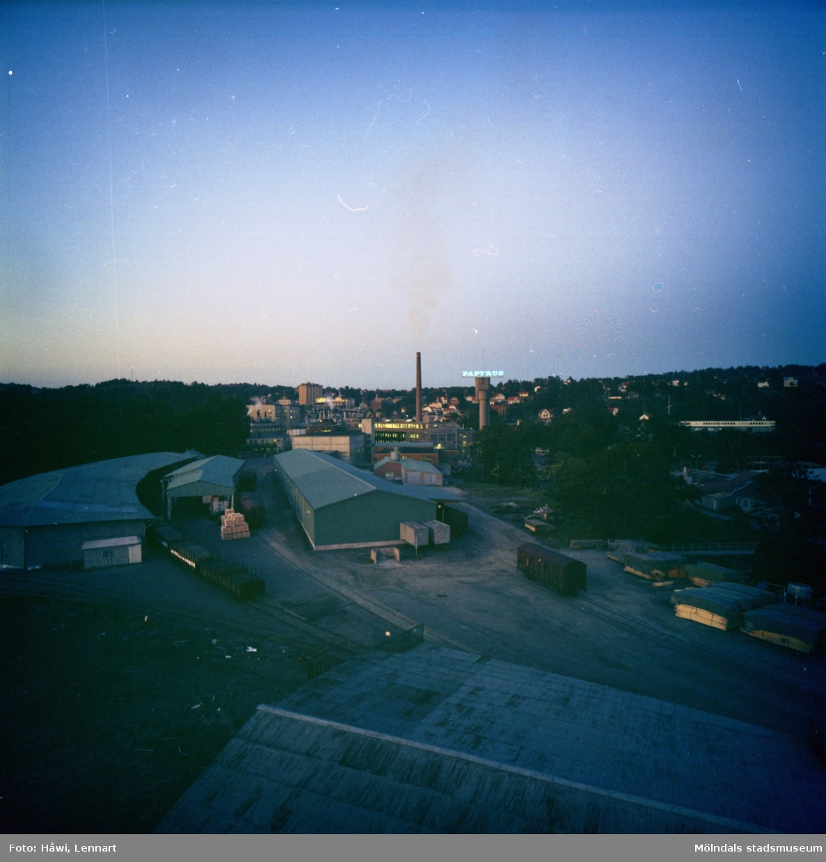 Vy över Papyrus fabriksområde på kvällen. Mölndal, 8/9 1970.