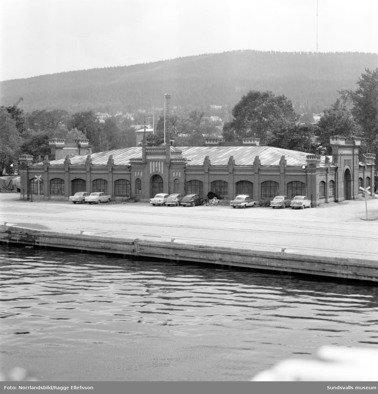 Gamla tullpaviljongen samt tullpackhuset till höger (bild 2) i hamnen. Byggnaderna kommer att rivas i samband med E4-bygget.