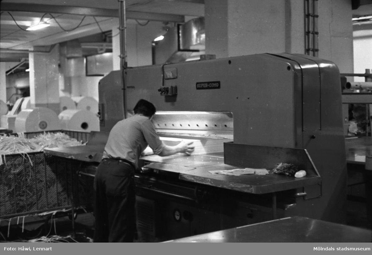 Man i arbete vid skärmaskin på Papyrus i Mölndal, hösten 1970. Skärsalen, tredje våningen? Byggnad 18.