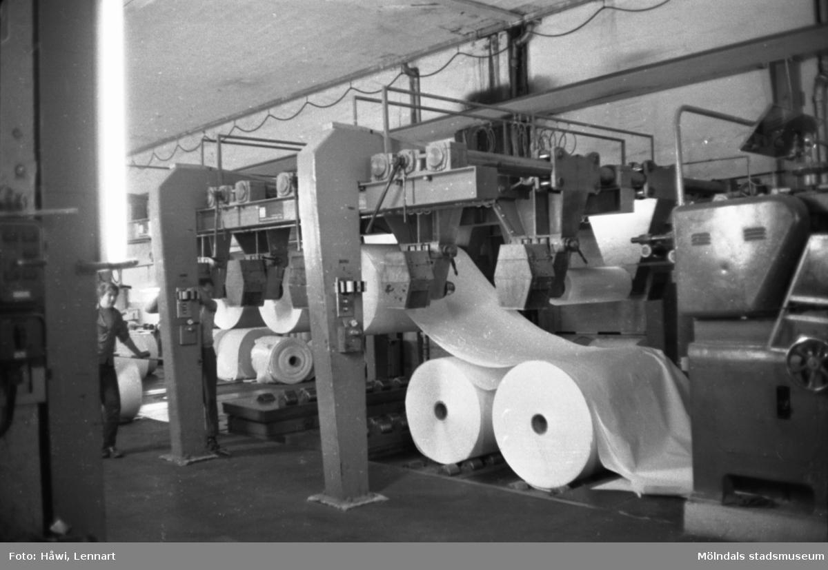 Man i arbete vid maskin på Papyrus i Mölndal, hösten 1970. Klippmaskin 5, byggnad 10.