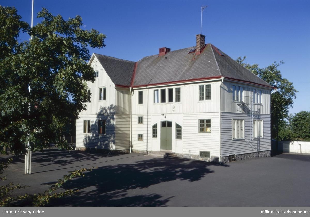 Ryets skola i Mölndal. Exempel på en äldre typ av skola.  Ryets skola stod färdig att tagas i bruk år 1913. Den nya skolan var i första hand avsedd som småskola, men snart fick den mottaga elever även från årskurs 3 och 4.  Skolan inrymde fyra lärosalar och även en lärarbostad fanns i skolbyggnaden. Denna bostad blev dock sedermera omändrad till gymnastiklokal och lärarrum.  Ryets skola har ett högt och vackert läge, men det blåser ofta hårda vindar utifrån havet.