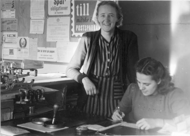 Ljustorps poststation, 1947. Signe Fröberg och Aina Melin.