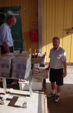 Lantbrevbärare Reinhold Andersson med flera posttjänstemän paketerar utgående post i postbil vid en postanstalts lastkaj. Tillhör en dokumentation av en lantbrevbärare i trakten av Valdermarsvik av fotograf Ove Kaneberg.