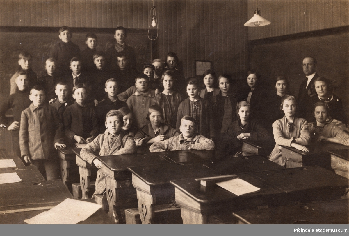 Skolfotografi, möjligen från Fässbergsskolan. Åke Börjesson, f. 1910, står i mitten längst bak.
