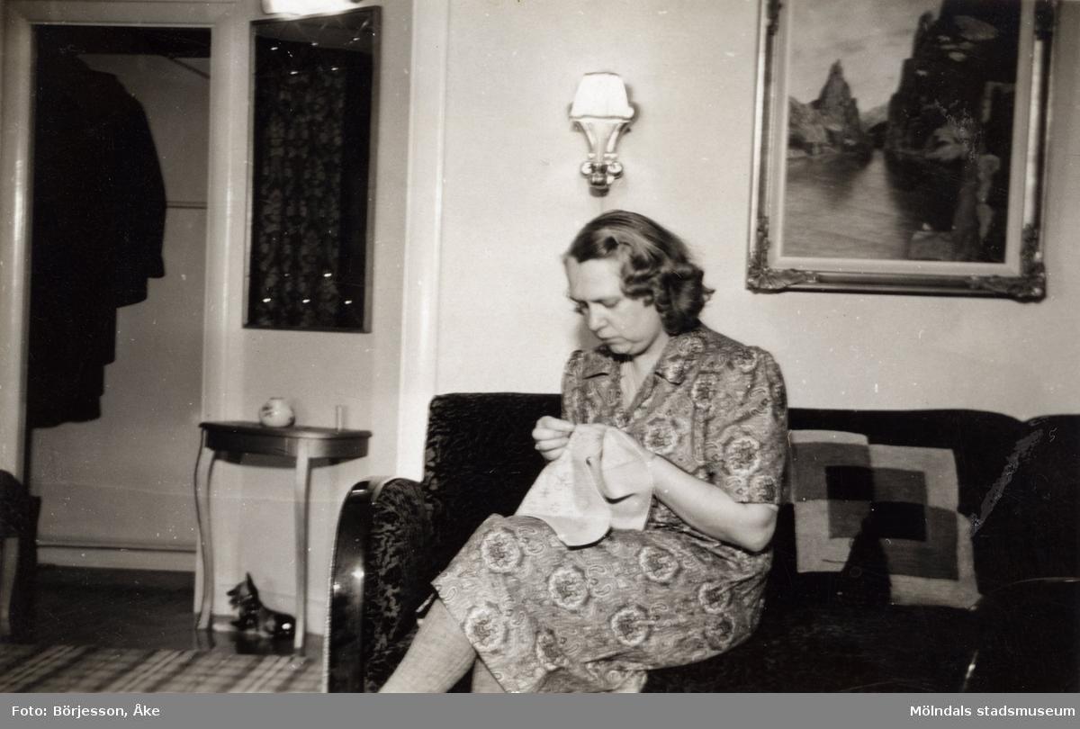 Inga-Lill Börjesson i vardagsrummet julen 1948. Hallen i bakgrunden.