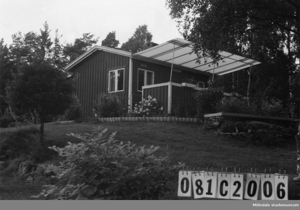 Byggnadsinventering i Lindome 1968. Knipered 1:14. Hus nr: 081C2006. Benämning: fritidshus, gäststuga och redskapsbod. Kvalitet: god. Material: trä. Tillfartsväg: framkomlig.
