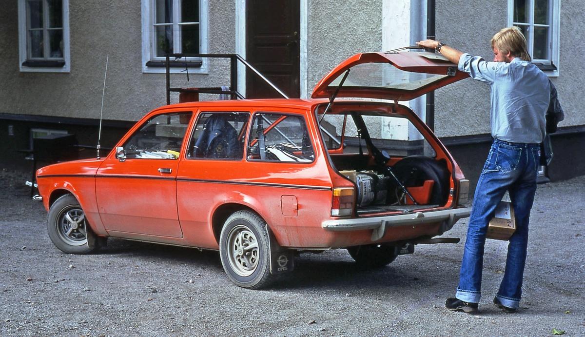 Lantbrevbäraren Mikael  Mattsson vid Hacksta Gård. Han står vid sin röda bil och har fällt upp bakluckan.
