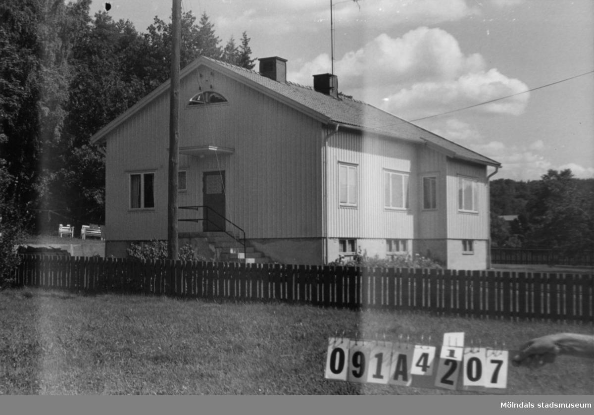 Byggnadsinventering i Lindome 1968. Hällesåker 6:11. Hus nr: 091A4007. Benämning: permanent bostad och garage. Kvalitet, bostadshus: god. Kvalitet, garage: mindre god Material: trä. Tillfartsväg: framkomlig. Renhållning: soptömning.