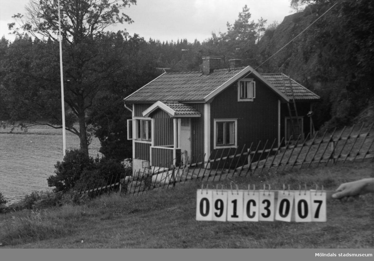Byggnadsinventering i Lindome 1968. Långö 1:5. Hus nr: 091C3007. Benämning: fritidshus och redskapsbod. Kvalitet: god. Material: trä. Övrigt: ligger vid sjön, fullt synligt men stör ej. Tillfartsväg: framkomlig. Renhållning: soptömning.