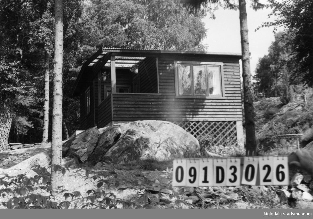 Byggnadsinventering i Lindome 1968. Ranered (1:10). Hus nr: 091D3026. Benämning: fritidshus och redskapsbod. Kvalitet, fritidshus: mycket god. Kvalitet, redskapsbod: mindre god. Material: trä. Tillfartsväg: framkomlig.