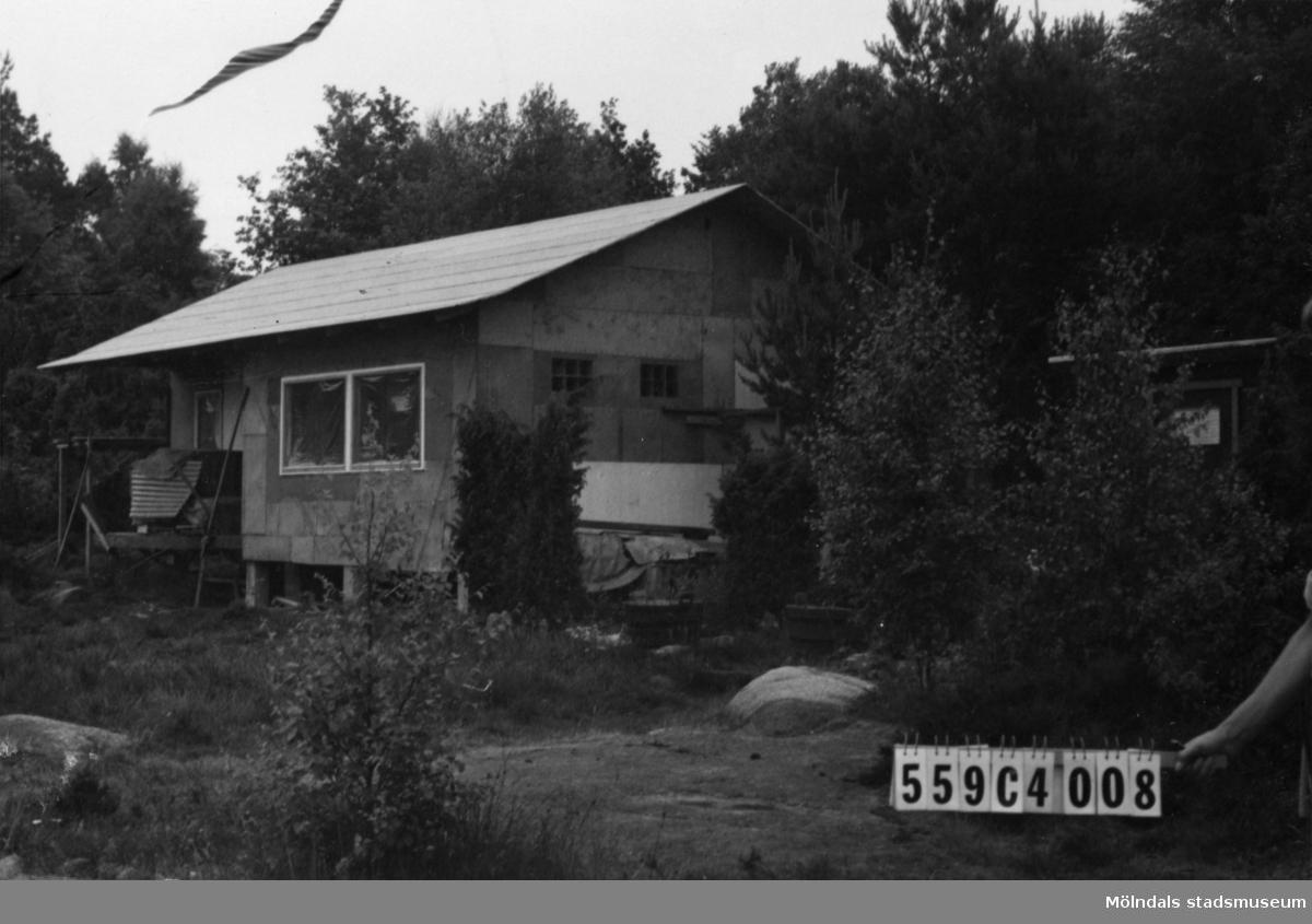 Byggnadsinventering i Lindome 1968. Gastorp 2:103. Hus nr: 559C4008. Benämning: fritidshus och gäststuga. Kvalitet: god. Material: trä. Övrigt: under byggnad. Tillfartsväg: framkomlig.