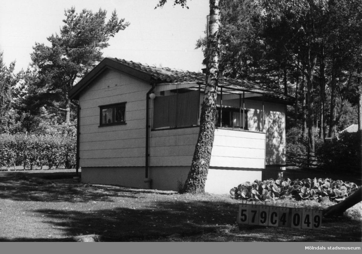 Byggnadsinventering i Lindome 1968. Gårda 2:29. Hus nr: 569C4049. Benämning: fritidshus och redskapsbod. Kvalitet: mycket god. Material, fritidshus: eternit. Material, redskapsbod: trä. Tillfartsväg: ej framkomlig. Renhållning: soptömning.