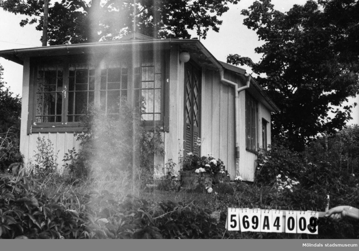 Byggnadsinventering i Lindome 1968. Skäggered 1:21. Hus nr: 569A4008. Benämning: fritidshus och redskapsbod. Kvalitet, fritidshus: god. Kvalitet, redskapsbod: mindre god. Material: trä. Tillfartsväg: framkomlig. Renhållning: soptömning.
