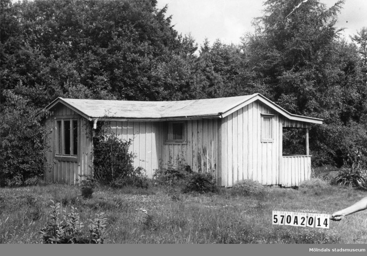 Byggnadsinventering i Lindome 1968. Bräcka (1:41). Hus nr: 570A2014. Benämning: fritidshus och redskapsbod. Kvalitet: mindre god. Material: trä. Tillfartsväg: ej framkomlig.