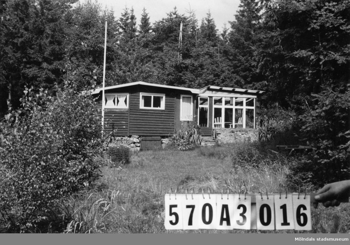 Byggnadsinventering i Lindome 1968. Annestorp 2:140. Hus nr: 570A3016. Benämning: fritidshus och redskapsbod. Kvalitet: god. Material: trä. Tillfartsväg: framkomlig. Renhållning: soptömning.