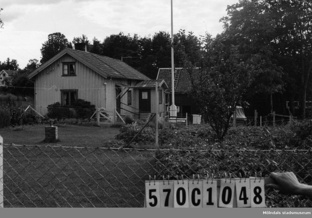 Byggnadsinventering i Lindome 1968. Dvärred 2:6. Hus nr: 570C1048. Benämning: permanent bostad och ladugård. Kvalitet, bostadshus: god. Kvalitet, ladugård: mindre god. Material: trä. Tillfartsväg: framkomlig.