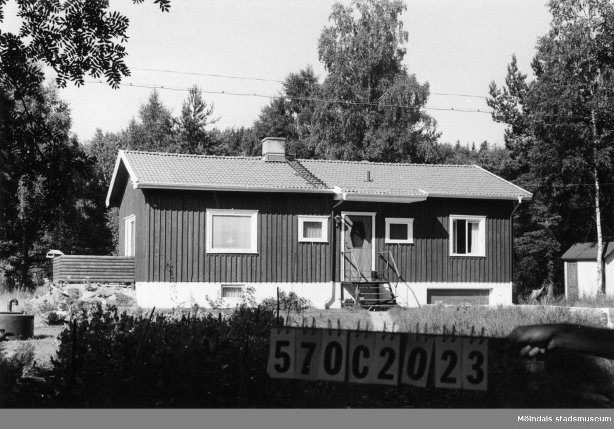 Byggnadsinventering i Lindome 1968. Dvärred 2:85. Hus nr: 570C2023. Benämning: permanent bostad och redskapsbod. Kvalitet, bostadshus: mycket god. Kvalitet, redskapsbod: mindre god. Material: trä. Tillfartsväg: framkomlig. Renhållning: soptömning.