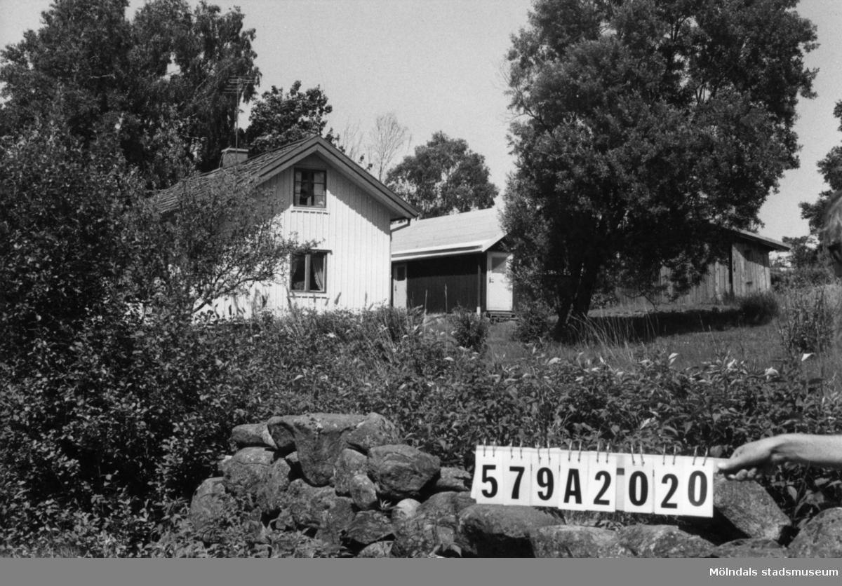 Byggnadsinventering i Lindome 1968. Lindome 6:11. Hus nr: 579A2020. Benämning: permanent bostad, två redskapsbodar och garagetak. Kvalitet, bostadshus: god. Kvalitet, redskapsbodar: god, dålig. Kvalitet, garagetak: mindre god. Material: trä. Övrigt: garagetaket fult. Tillfartsväg: framkomlig. Renhållning: soptömning.