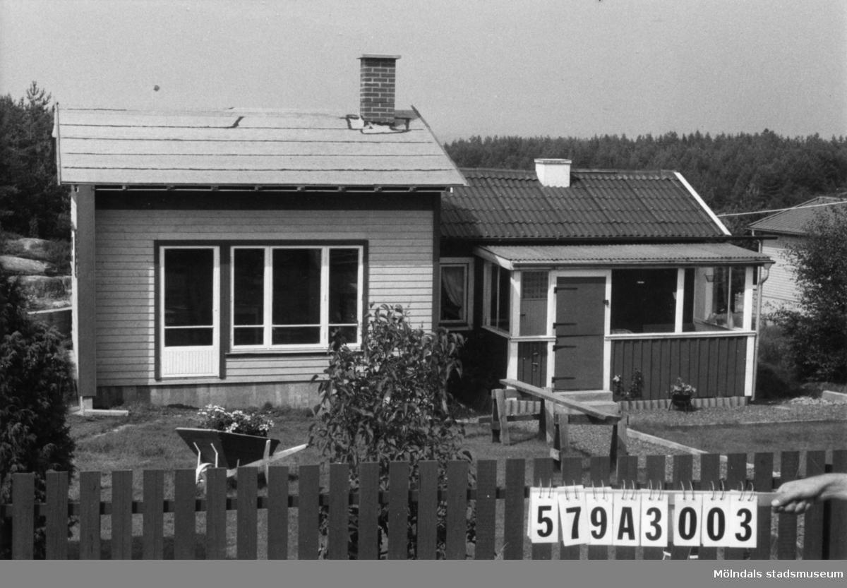 Byggnadsinventering i Lindome 1968. Lindome 6:36. Hus nr: 579A3003. Benämning: fritidshus och redskapsbod. Kvalitet, fritidshus: mycket god. Kvalitet, redskapsbod: mindre god. Material: trä. Tillfartsväg: framkomlig. Renhållning: soptömning.