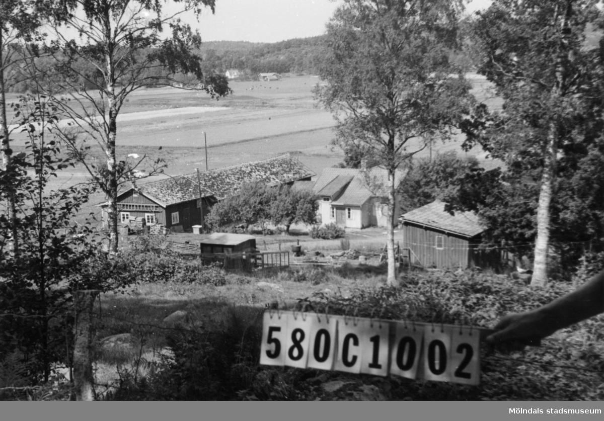 Byggnadsinventering i Lindome 1968. Hassungared 3:35. Hus nr: 580C1002. Benämning: permanent bostad, ladugård och redskapsbod. Kvalitet: mindre god. Material: trä. Tillfartsväg: framkomlig. Renhållning: soptömning.