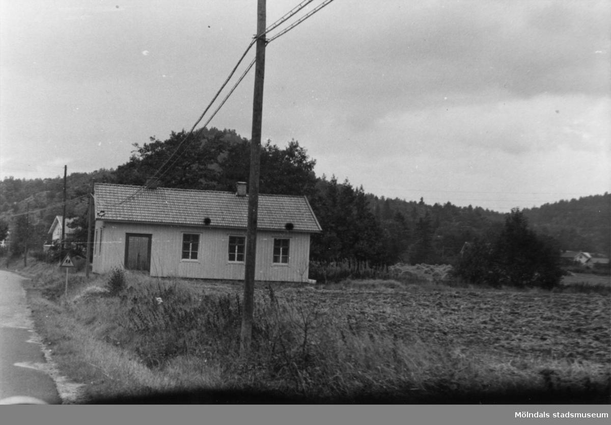 Byggnadsinventering i Lindome 1968. Hällesåker 1:14. Hus nr: 590B3001. Benämning: permanent bostad. Kvalitet: god. Material: trä. Övrigt: verkar vara oanvänt. Skolhus? Tillfartsväg: framkomlig.