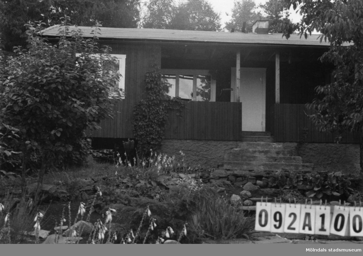 Byggnadsinventering i Lindome 1968. Greggered 1:24. Hus nr: 092A1001. Benämning: fritidshus och redskapsbod. Kvalitet, bostadshus: god. Kvalitet, redskapsbod: mindre god. Material: trä. Tillfartsväg: framkomlig. Renhållning: soptömning.