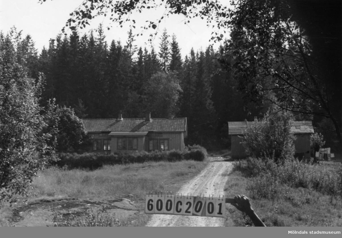 Byggnadsinventering i Lindome 1968. Strekered 1:18. Hus nr: 600C2001. Benämning: permanent bostad, ladugård och hus. Kvalitet, bostadshus och hus: mindre god. Kvalitet, ladugård: dålig. Material: trä. Tillfartsväg: framkomlig.