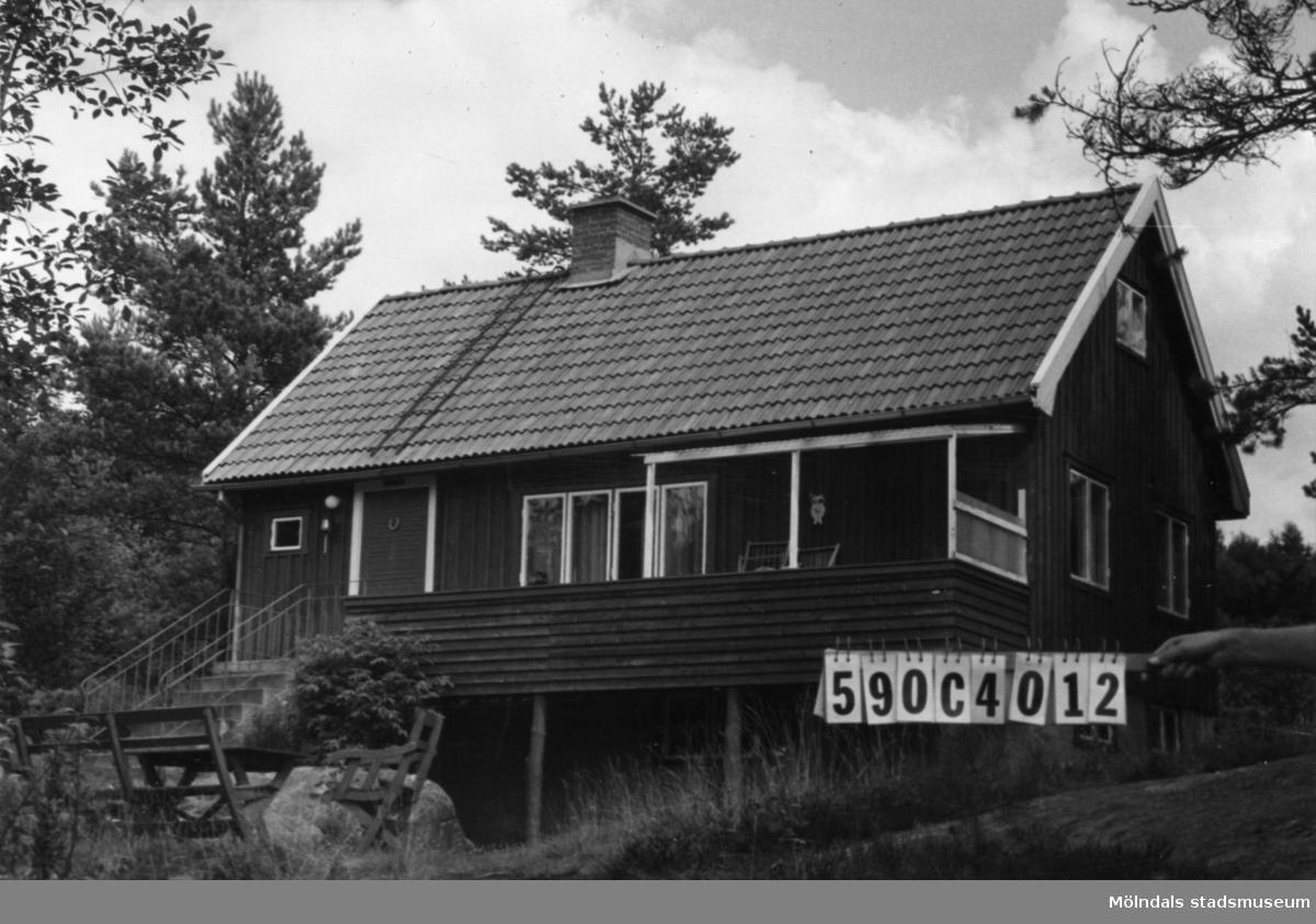 Byggnadsinventering i Lindome 1968. Torvmossared 1:23. Hus nr: 590C4012. Benämning: fritidshus och bastu. Kvalitet: god. Material: trä. Övrigt: bastun ligger vid vattnet. Tillfartsväg: framkomlig.