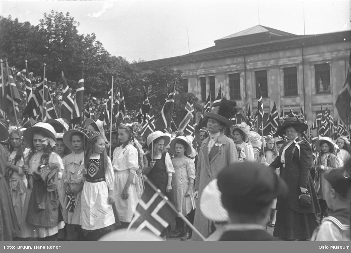 17. mai-feiring, barnetog, jenter, flagg, kvinner, lærere, publikum, Universitetet