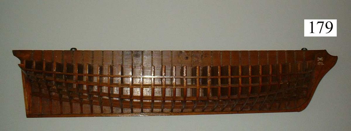 Gavelmodell av trä å fartyg byggt på örlogsvarvet i Karlskrona.
