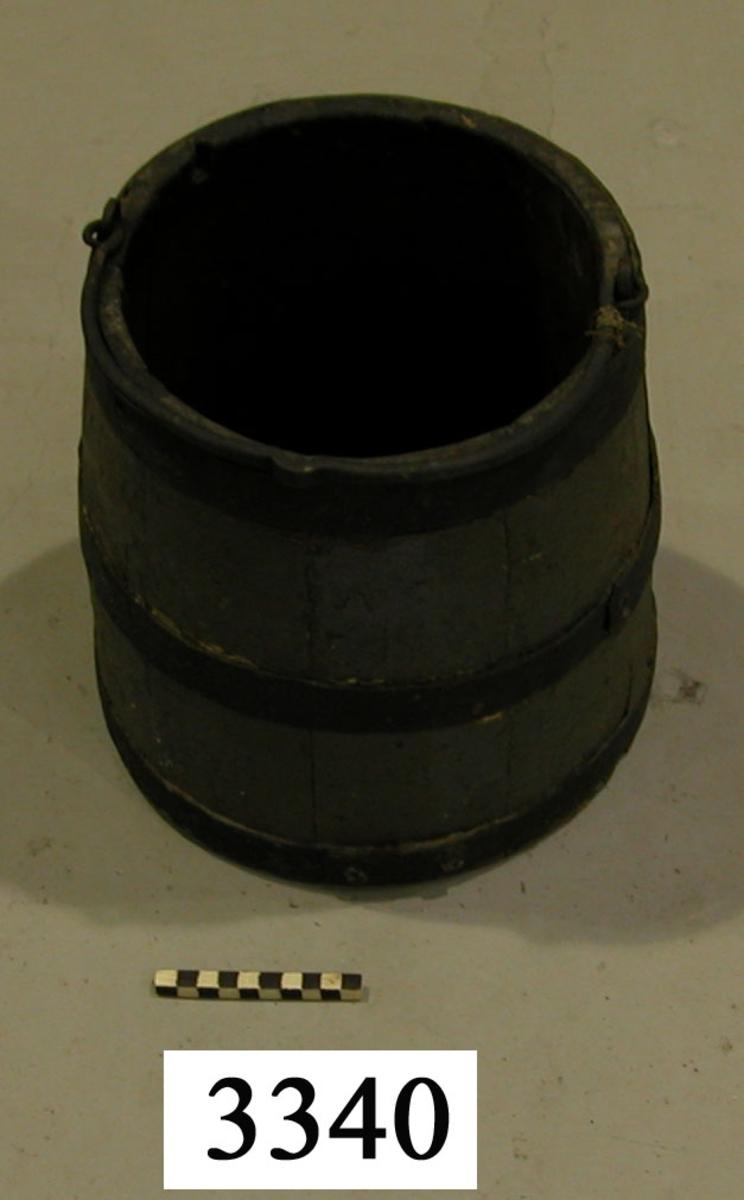 Kanonpyts, av trä, med järnbeslag. Gråmålad, med svarta band.