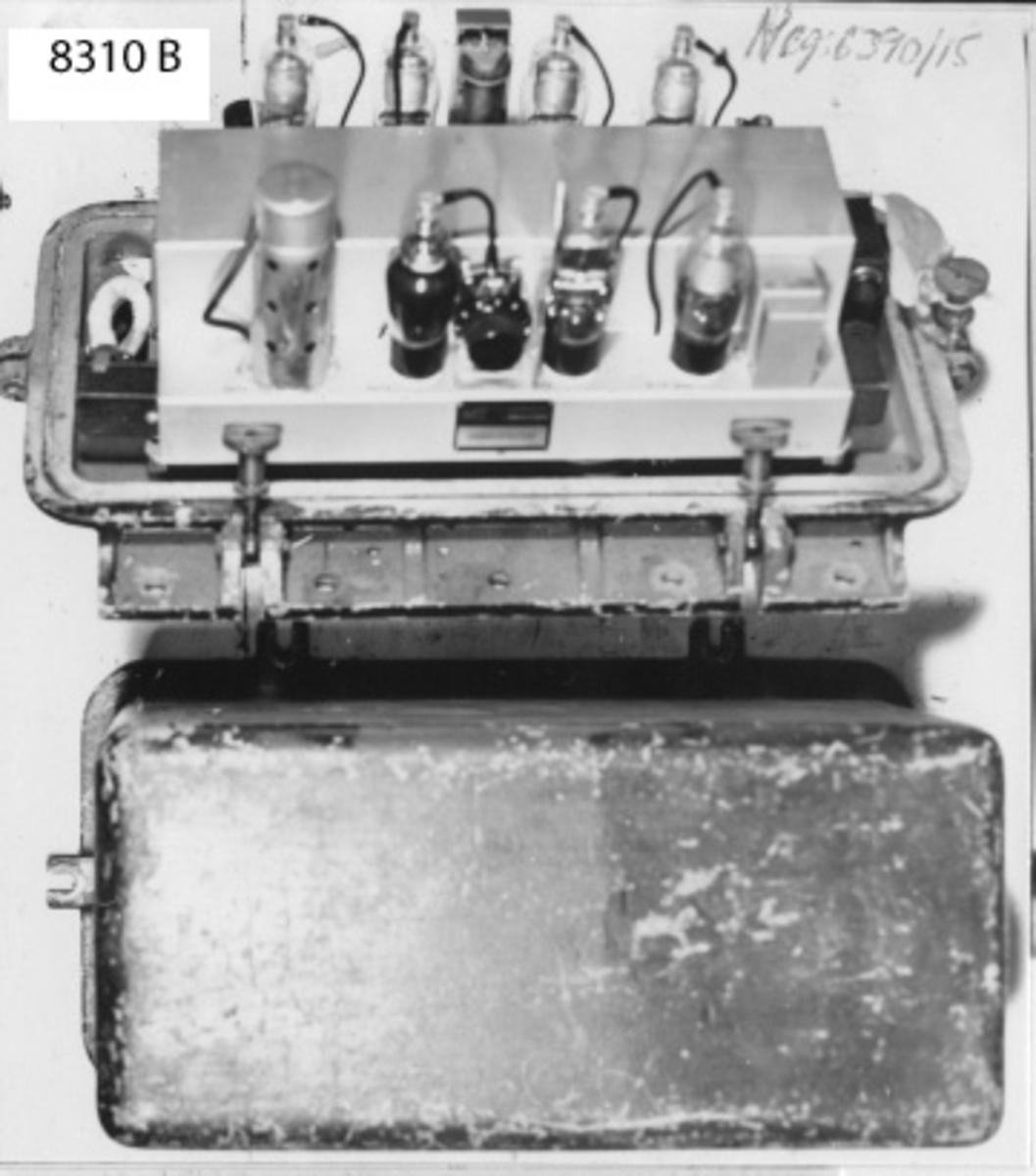 Frekvensmätare, monterad på en bottenplatta av lättmetall. En löstagbar kåpa omsluter hela apparaten. På bottenplattan finns 4 st. kabelintag. Mörkgrå.