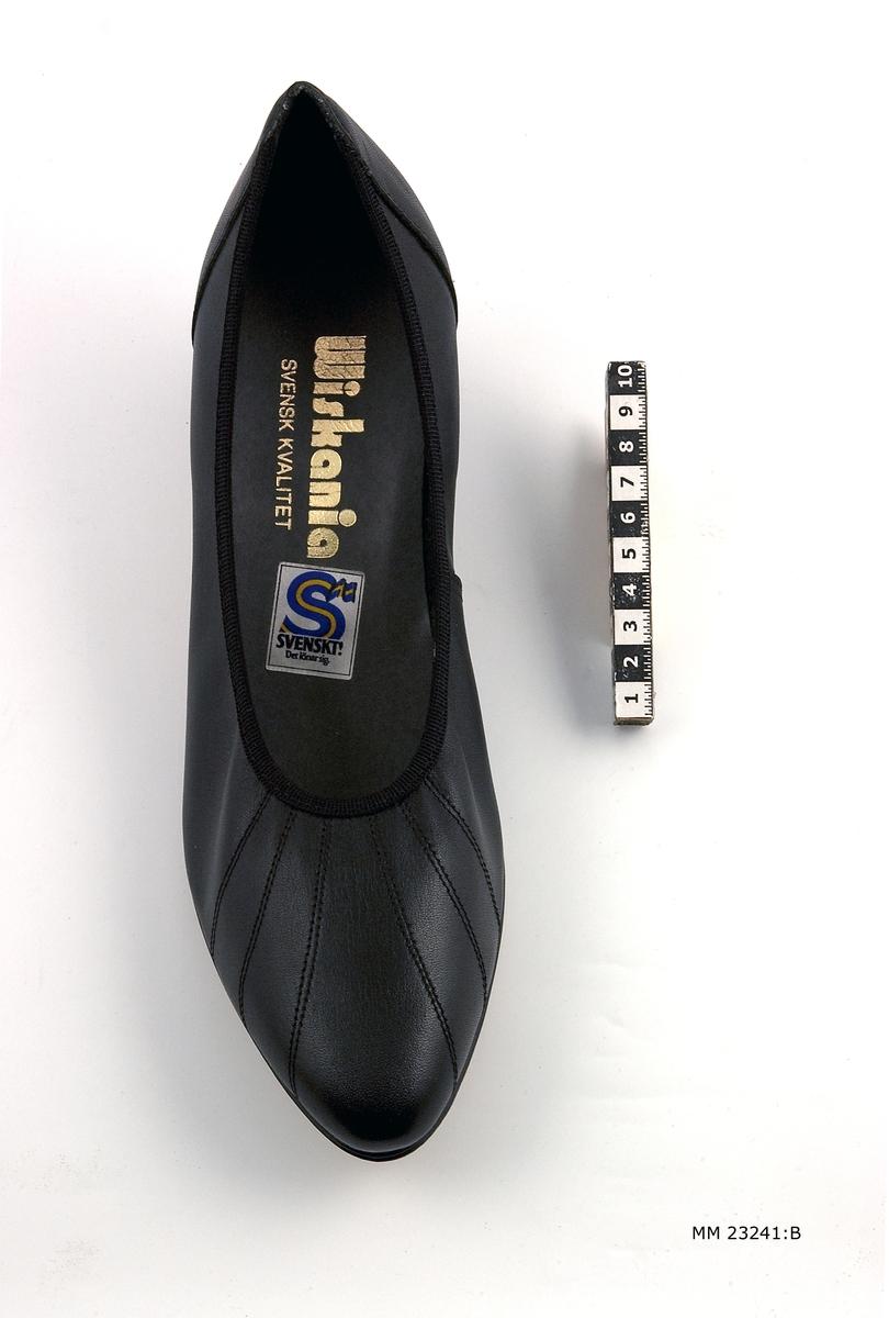 Svart damsko av typ pumps. Höger sko.