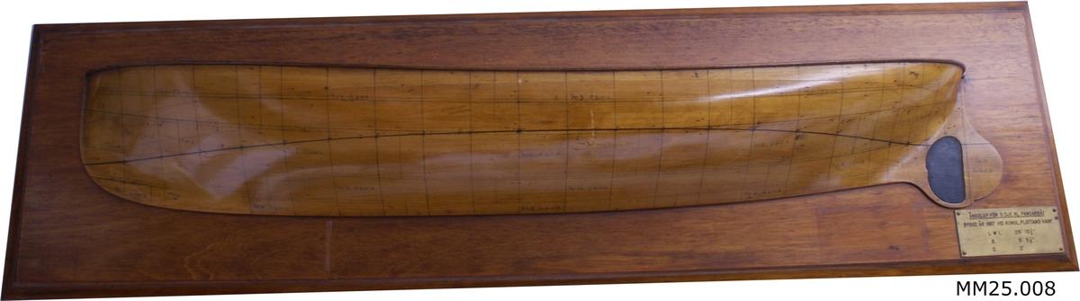 Halvmodell av fernissat trä monterad på träplatta.