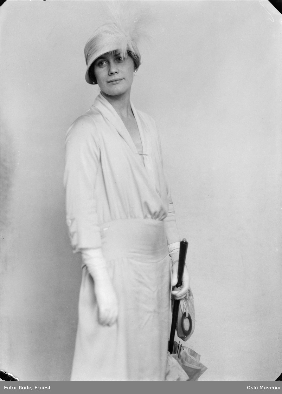 portrett, kvinne, operasangerinne, stående knefigur, hatt