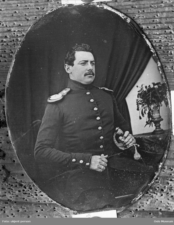 portrett, mann, sekondløytnant ved et musketerkorps, uniform, sittende knefigur