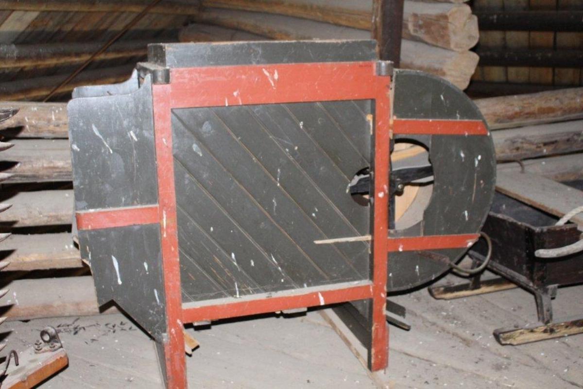 Form: Firkantet kasse hvor den ene endeveggen buer ut. Sveiv, 4 sold. Mellom siderammene er skråstilte bord.