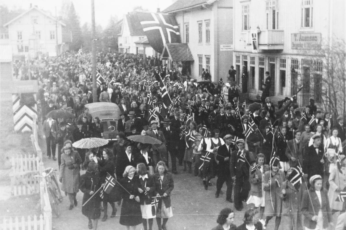 17. mai 1945, Elverum. Folketog i Torggata.