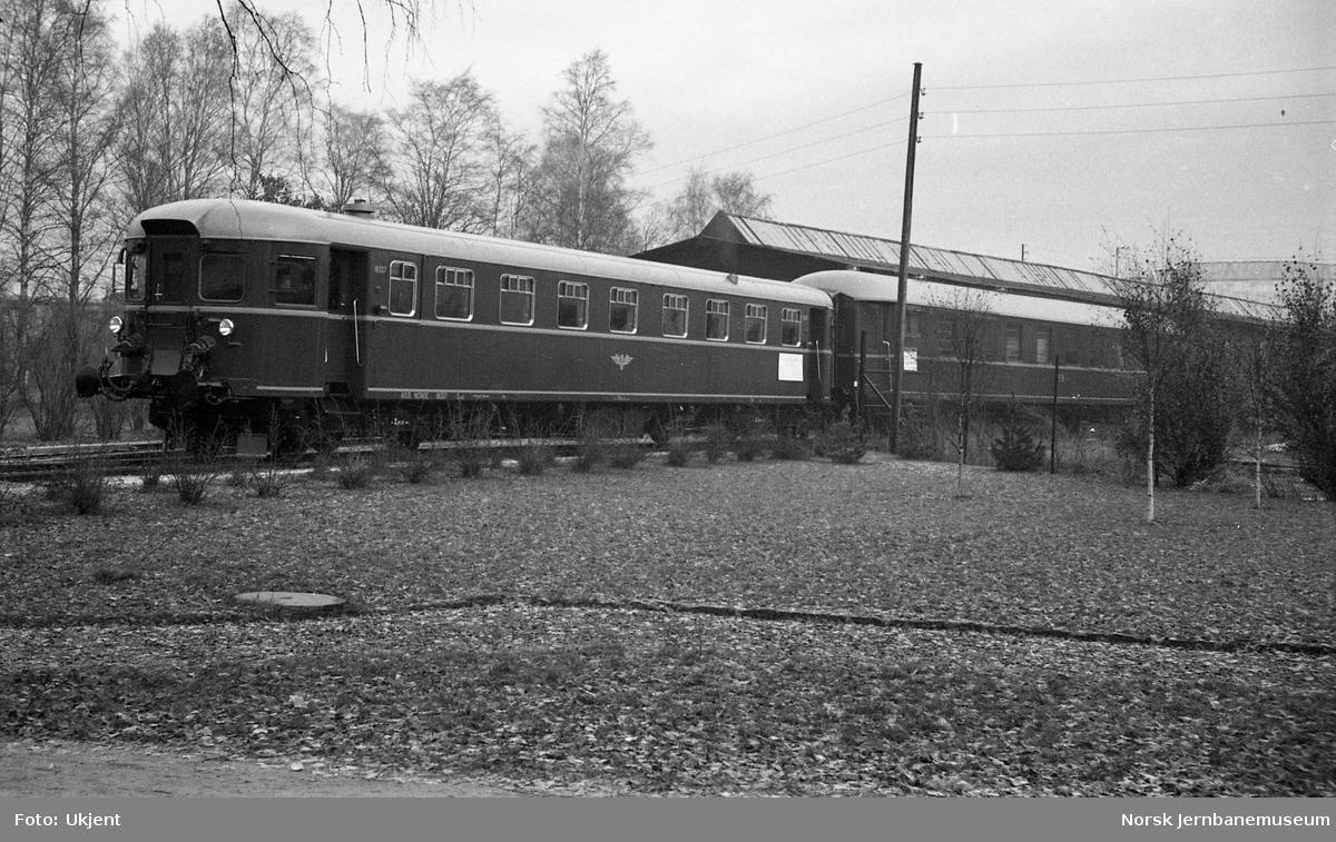 Dieselmotorvogn type 11 (91) nr. 18337 og ny personvogn litra BFo2d ved levering