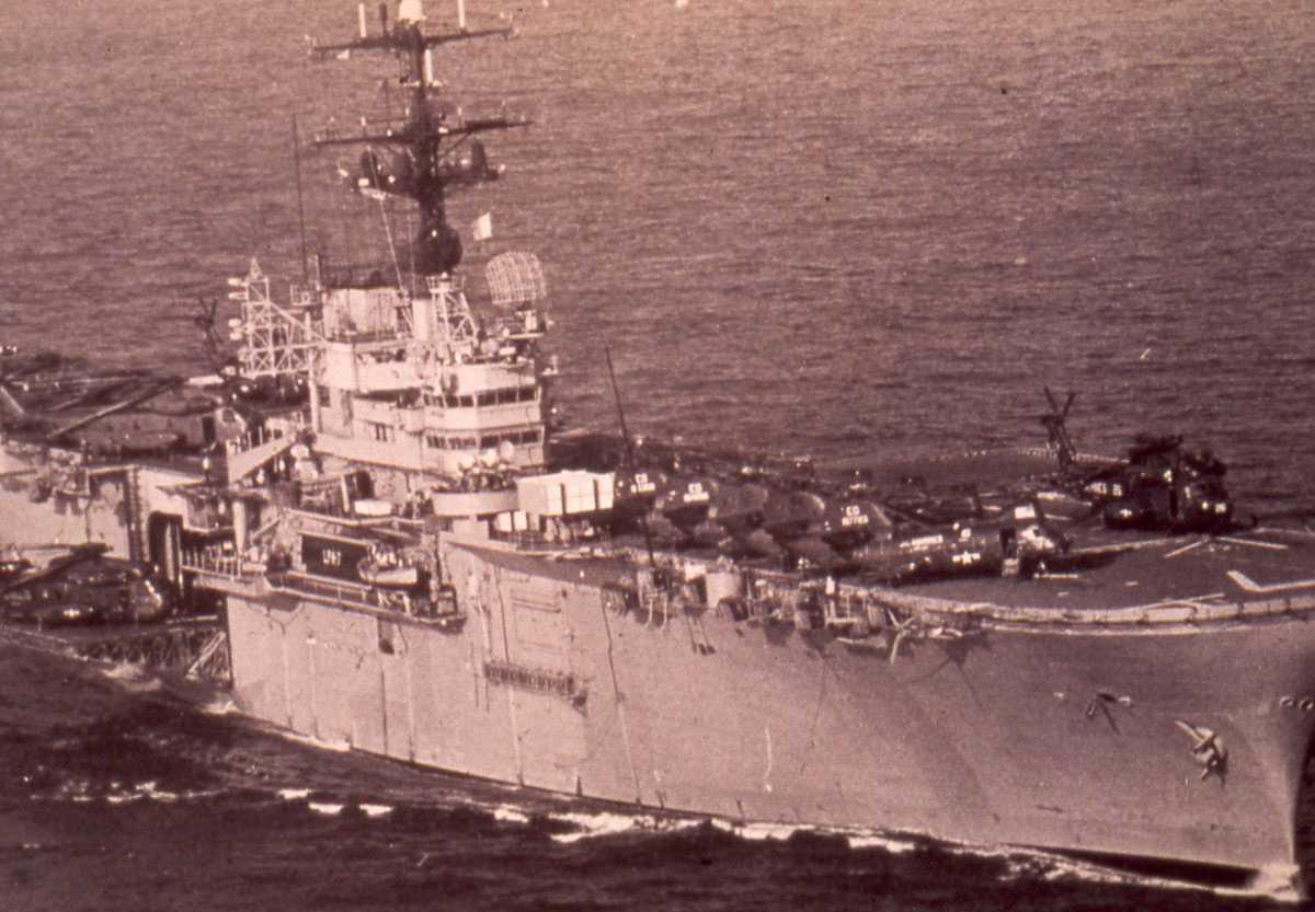 Amerikansk hangarskip av Iwo Jima - klassen me nr. LPH 7 og som heter  Guadalcanal.