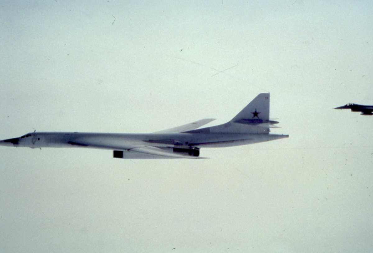 Russisk fly av typen Blackjack med nr. 17 og en norsk F-16 bak.