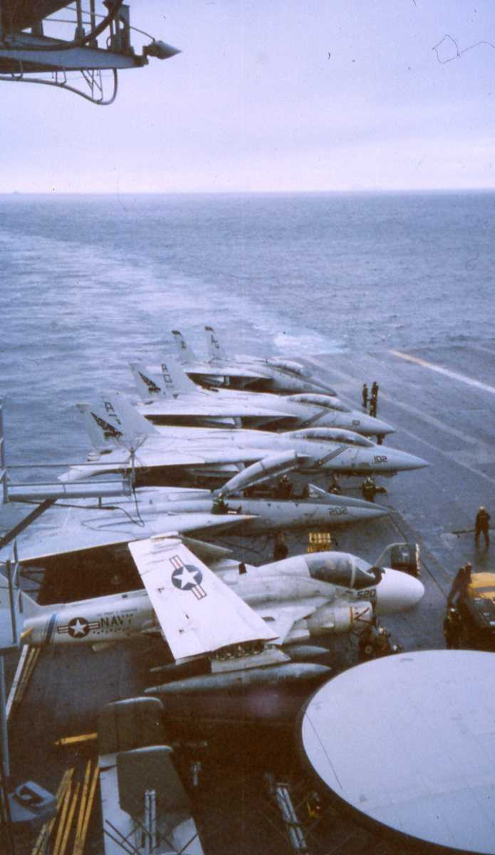 Amerikanske fly av typen A-6 Intruder og F-14 Tomcat ombord på Hangarskipet Eisenhower med nr. CVN 69, som er ute i Vestfjorden.