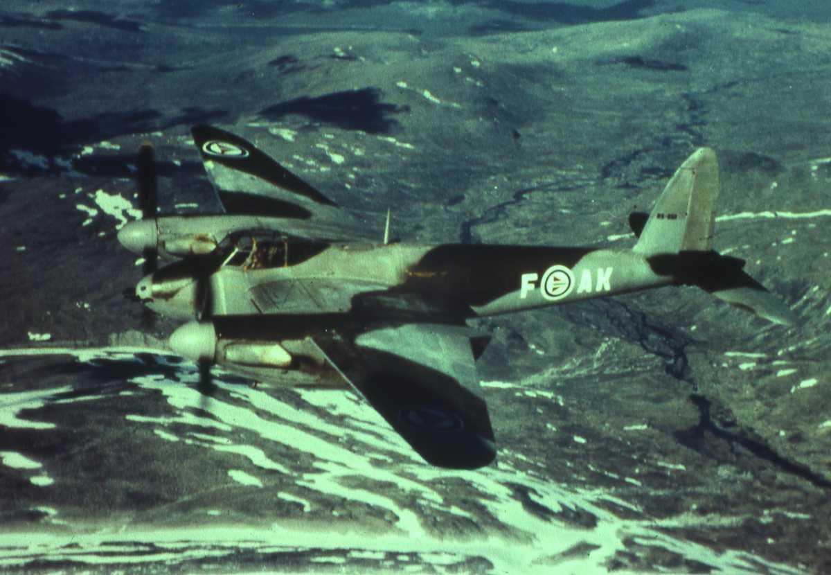 DeHavilland Fb.Mk.VI Mosquito, med kjennetegn AK-F, i luften et sted i Norge, og som tilhører 334 skvadronen.