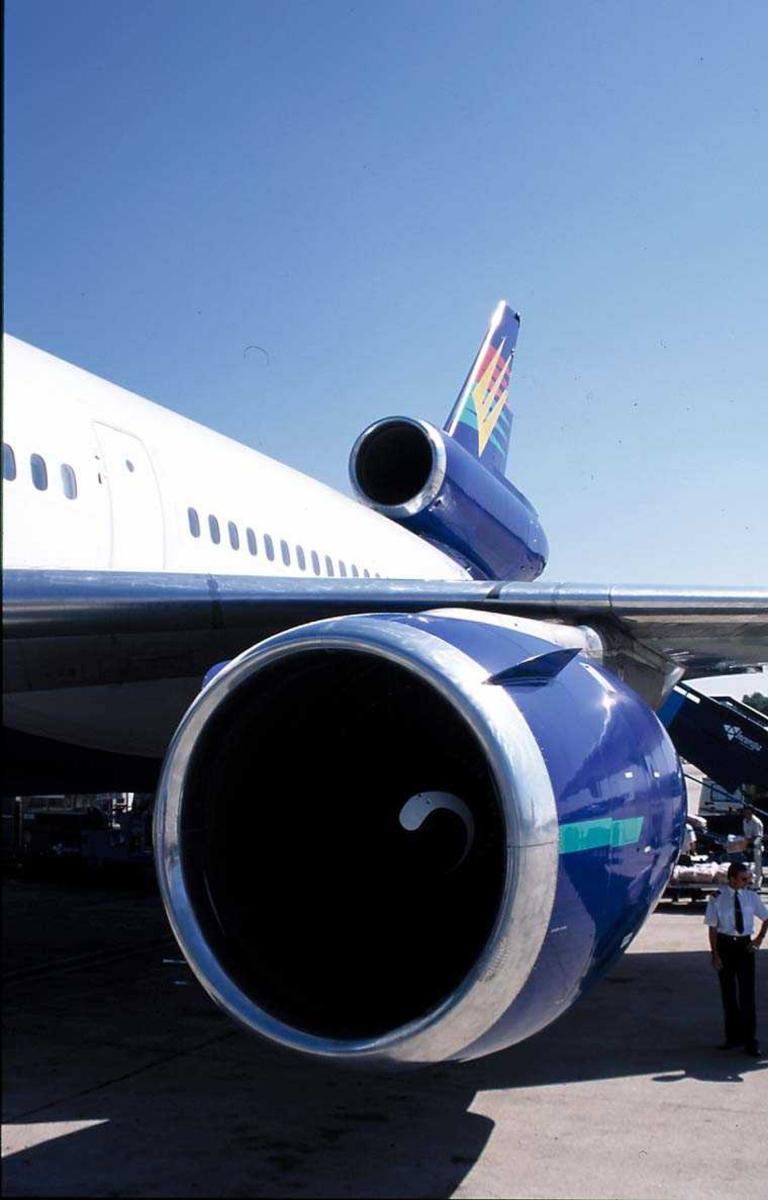 Lufthavn, 1 fly på bakken, OY-CNS DC-10 fra Premiair