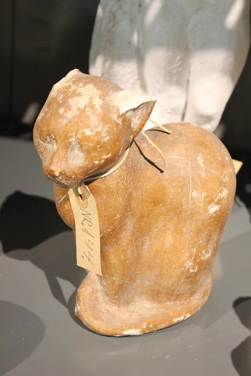 En skulptur i av en sittende katt.