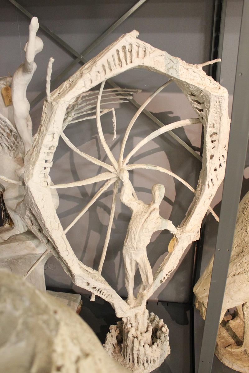 """Skulptur i gips. I gamle protokoller står: Utkast til monument? """"Mann i solhjulet""""? """"Seierherre""""? """"Himmelstormer""""?"""