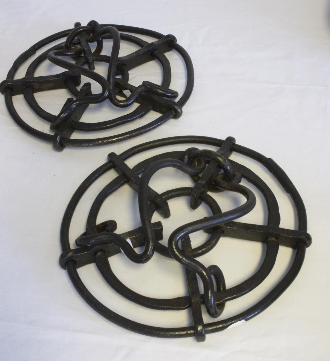 To truger til hest. Tre ringer - en stor, en mindre og en liten. Disse har fem tverrskruer som ringene går gjennom. To jernbøyer festet i løkker til trugene i midterste ring. Disse er til å feste rundt hestens bein. Truger ble brukt på hestens bein om vinteren når det var mye snø.