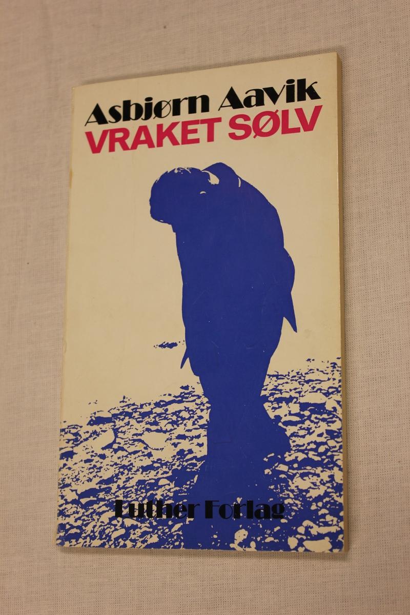 """Tittel """"VRAKET SØLV"""". Luther Forlag A/S. Lutherstiftelsen - Nomi - Sambåndet. Oslo 1975. Omslag av Johnny Halvorsen. Trykk: Gjøstein Boktrykkeri A/L, 4000 Stavanger. """". opplag 1977."""