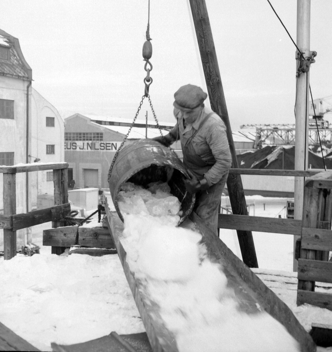 Is fra Møkkelandsvannet leveres ved kai hos Bertheus J. Nilsen a/s i Harstad, 1954.